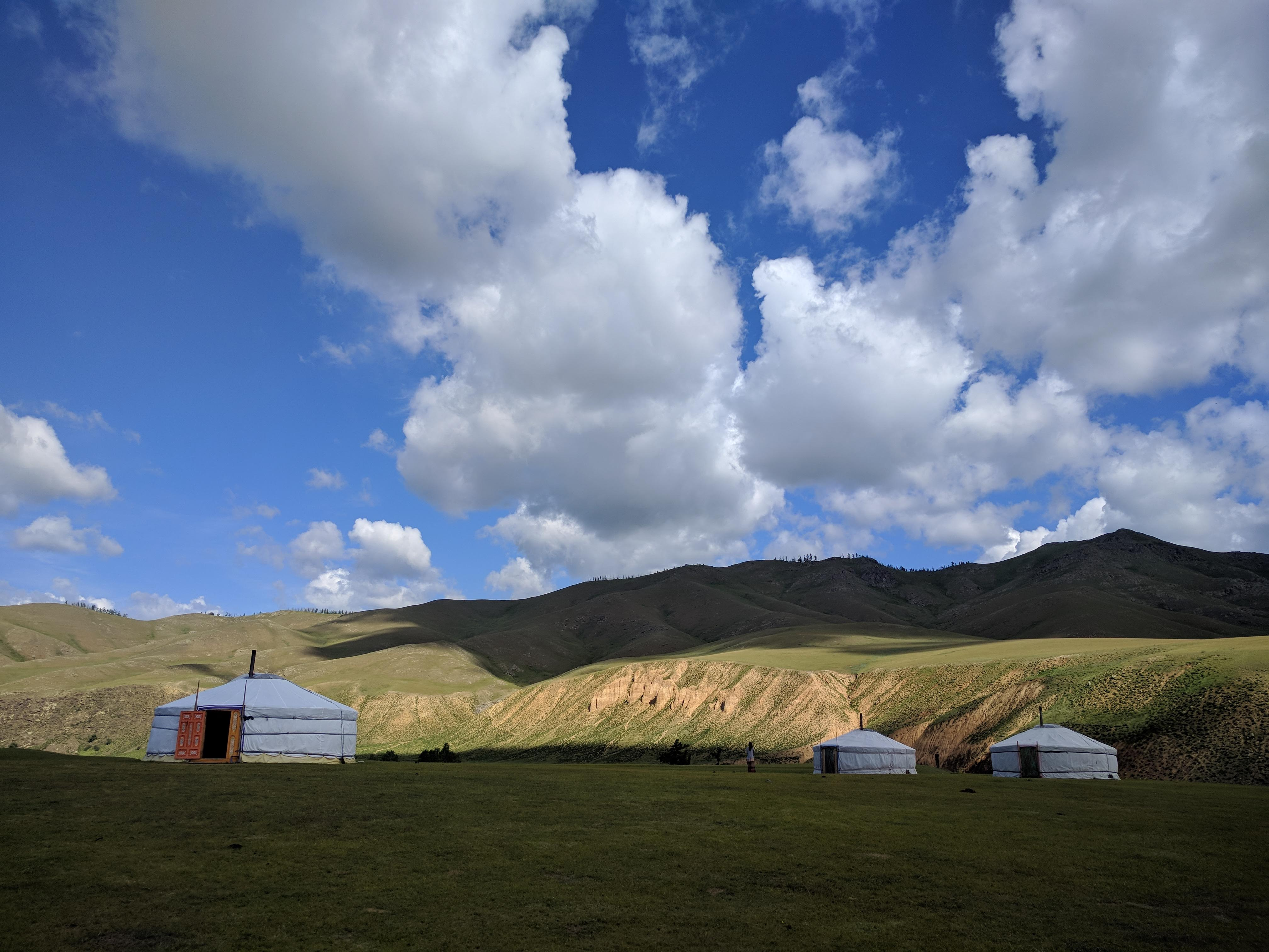 Na tien dagen, onze laatste stop: 'Orkhon Valley'. Na een uitermate hobbelige tocht arriveerden we met enkele busjes samen vrij laat bij een nomadische familie, ver in de vallei. Deze vallei ligt centraal in Mongolië en de overvloedige aanwezigheid van water zorgt voor een groen, vruchtbaar landschap.