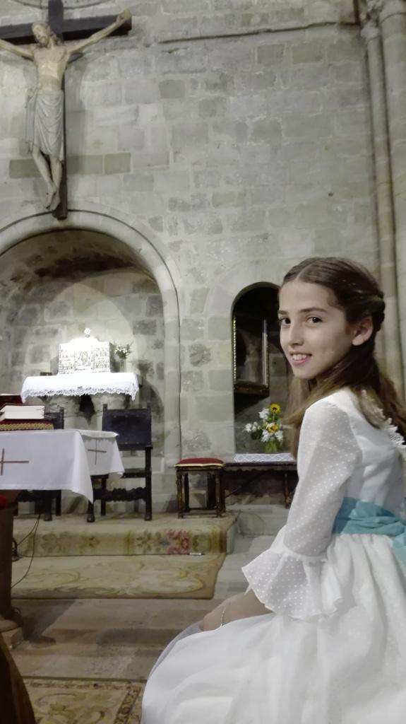 Rebeca, con el Cristo que preside majestuoso la parroquia de San Vicente Mártir