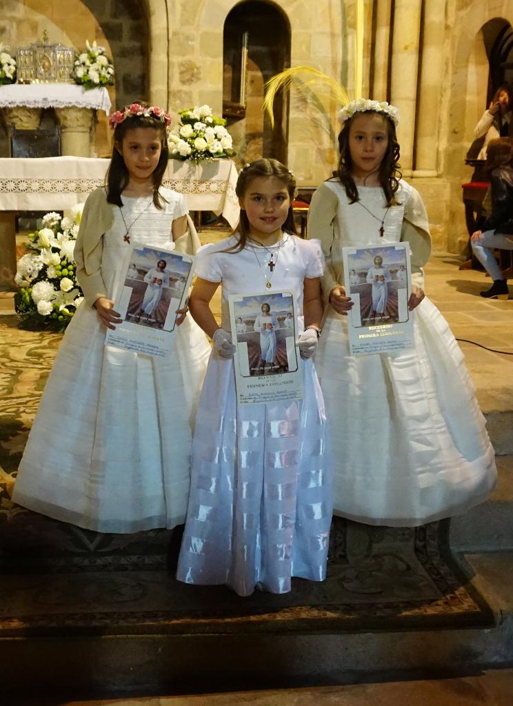 Las tres niñas posando tras la ceremonia