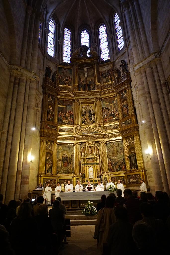 Un momento de la ceremonia, en el altar mayor de la catedral. Fuera arreciaba la tormenta, de modo que alguien mencionó muy oportunamente a Santa Bárbara