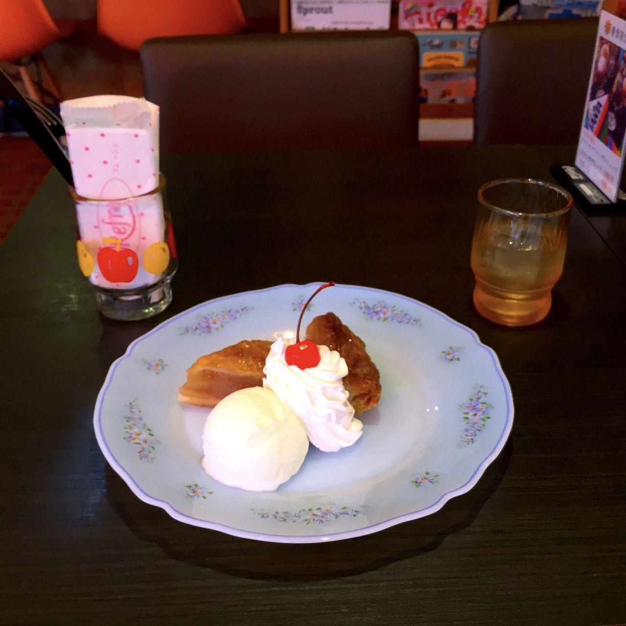 アップルパイ クリームとアイスが添えてあります