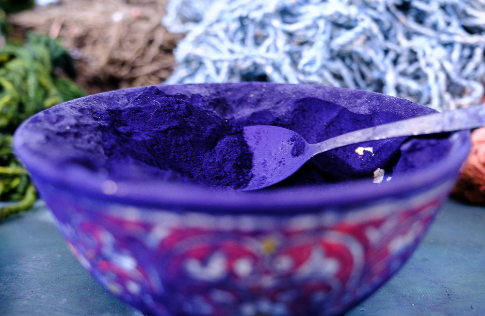 Om de draden te kleuren, gebruiken ze natuurlijke (o.a. ui en granaatappel) en chemische kleurstoffen.
