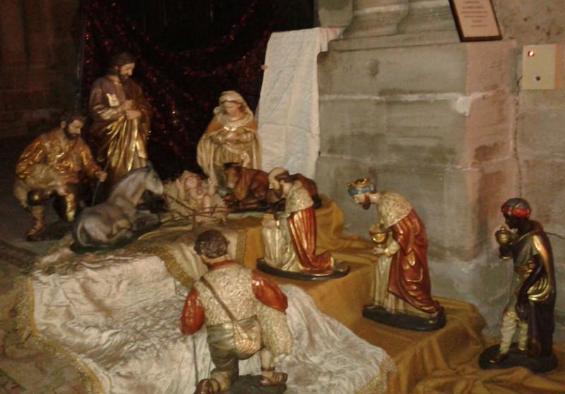 Las figuras del Nacimiento, colocadas en los peldaños del presbiterio