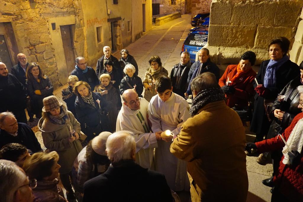 Encendiendo el cirio pascual a la puerta de la iglesia
