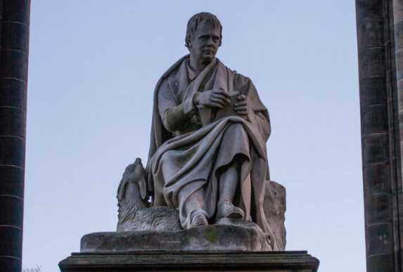 Памятник В. Скотту внутри монумента