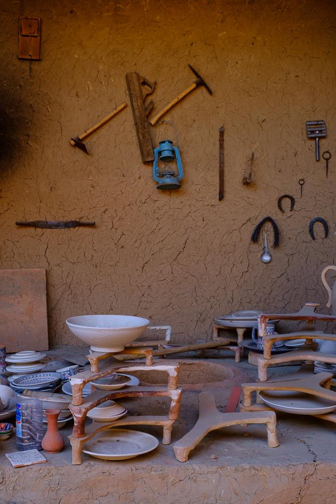 Na het draaien moet de keramiek een dagje drogen aan de lucht. Dan wordt het tien uur gebakken in een oven van 1000°C.