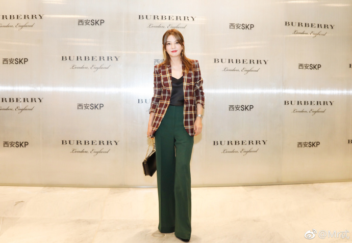 2018.07.12 - Triệu Vy dự lễ khai trương showroom Burberry Tây An