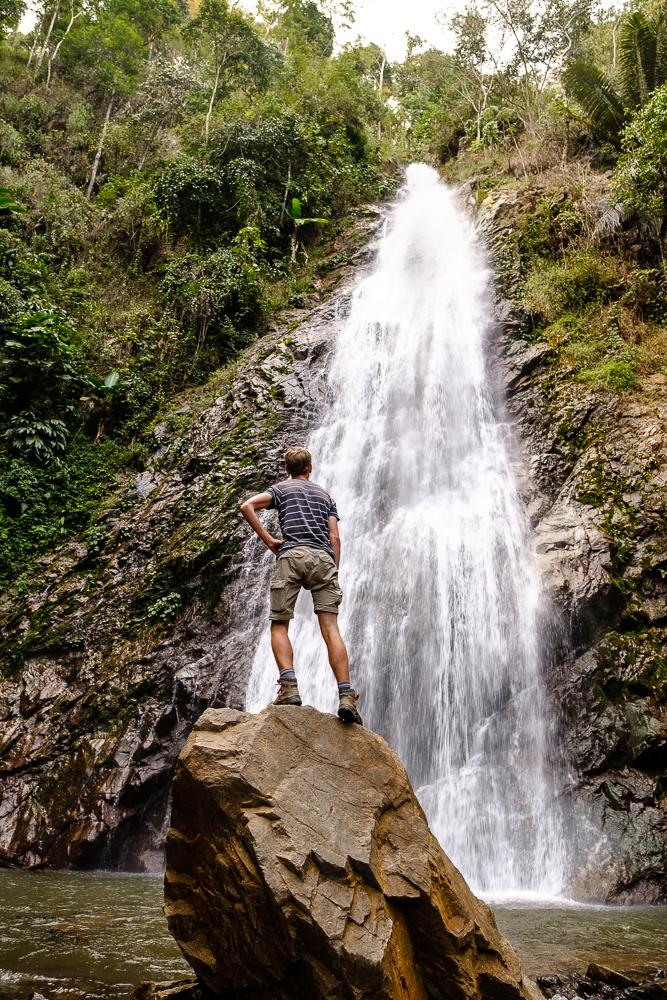 Ooit dicht bij een waterval gestaan? Dat geeft meer wind dan je zou denken. Des te meer reden voor deze waaghals om zijn stoerheid te tonen.