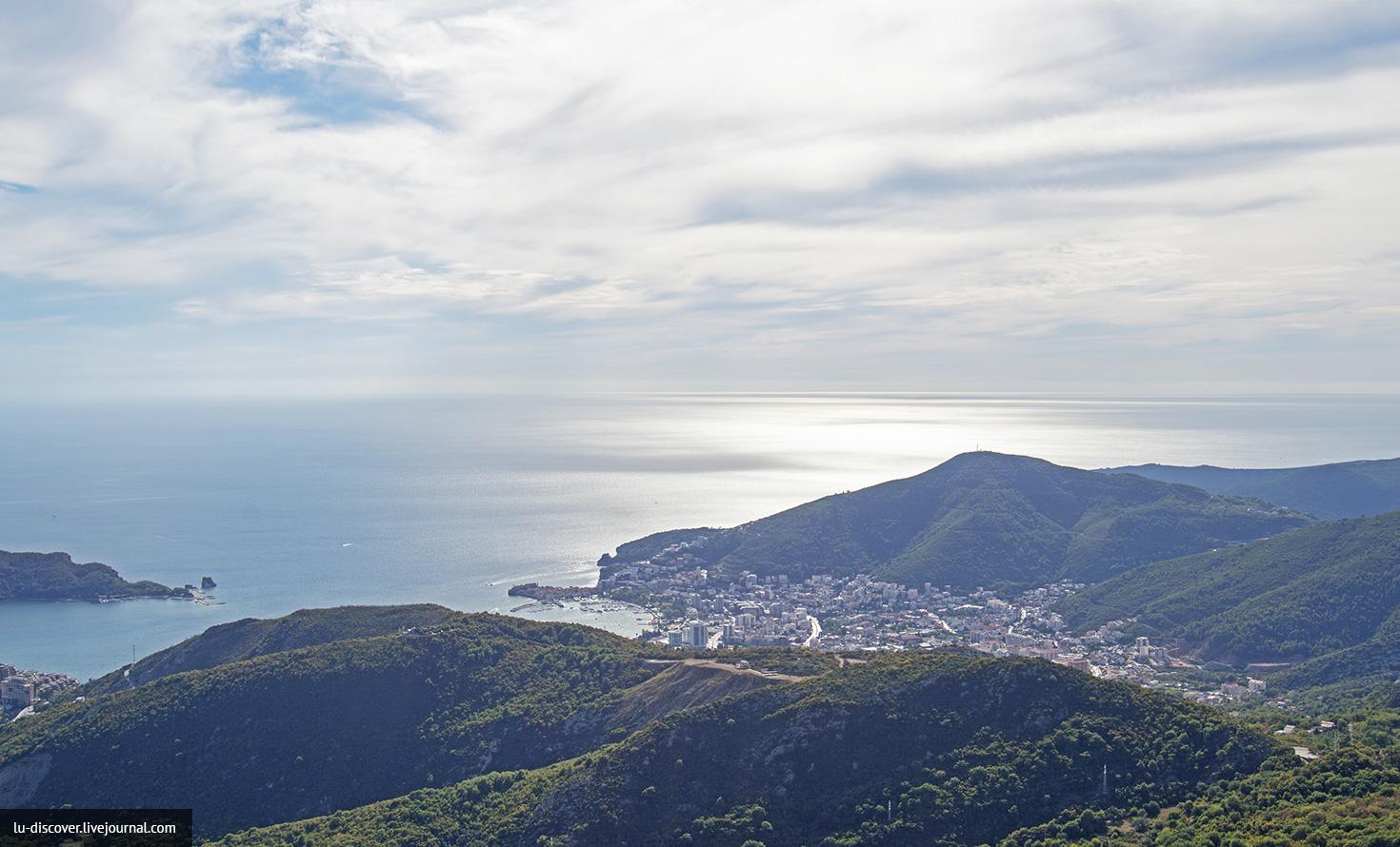 Будва в солнечных лучах, побережье, Черногория