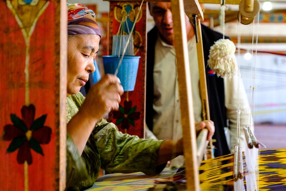 De vrouwen die traditioneel en dus mechanisch weven, maken ongeveer vijf meter stof per dag.