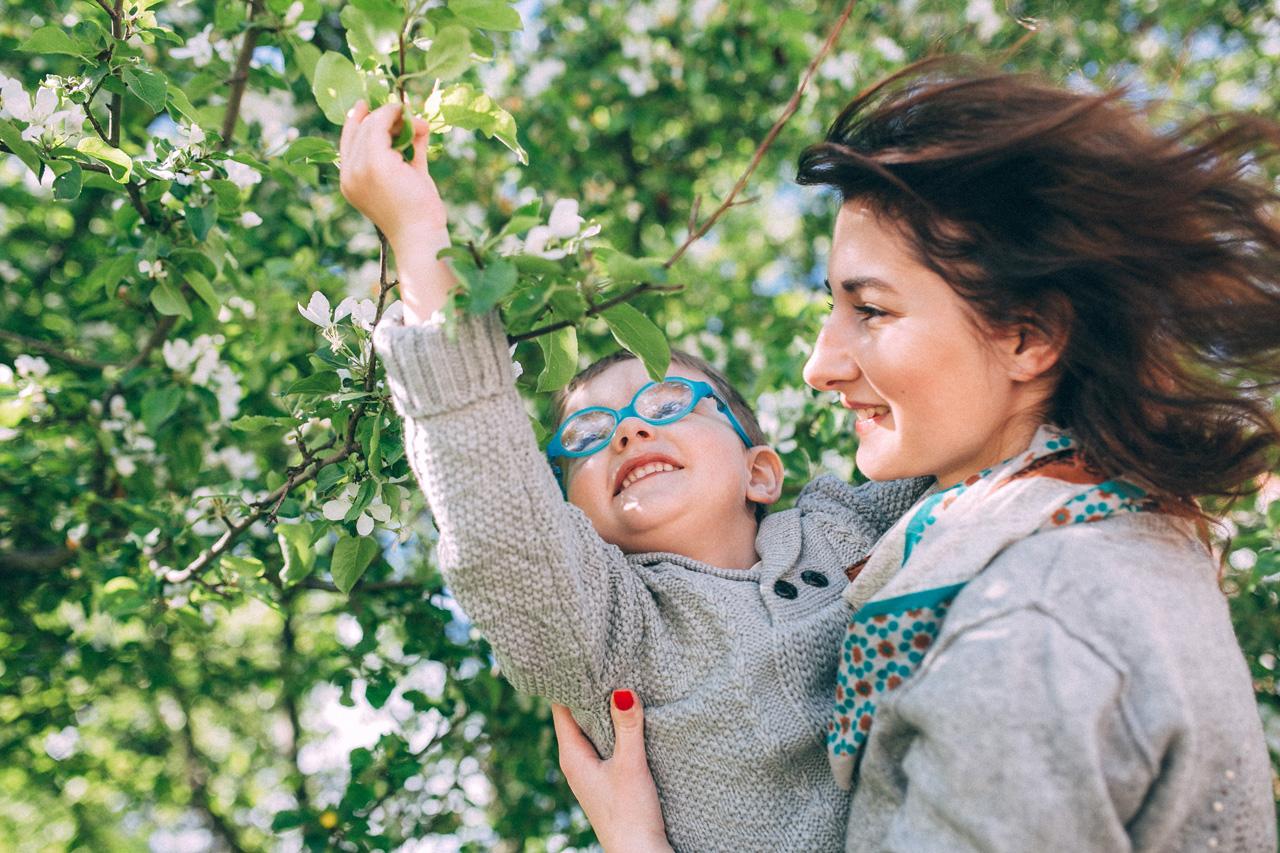 Поймай ветку - семейная фотосессия в яблонях Северодвинск свадебный фотограф Архангельска