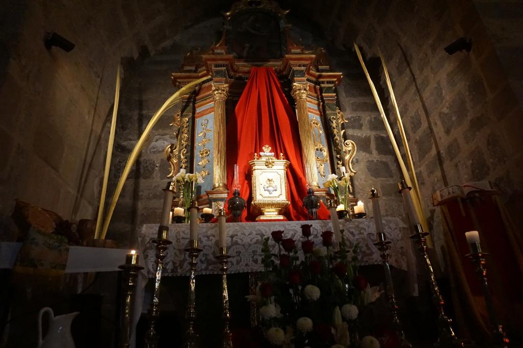 En el retablo de San Juan Bautista se ha alojado el Monumento del Jueves Santo