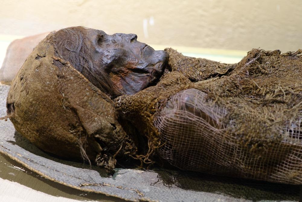 In de Xinjiang provincie worden lichamen opgegraven van duizenden jaren oud. Ze werden extreem goed bewaard door het droge, hete klimaat. De 'Loulan Beauty' is één van deze mummies zonder windels.