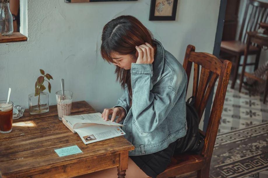 Girl reading in cafe