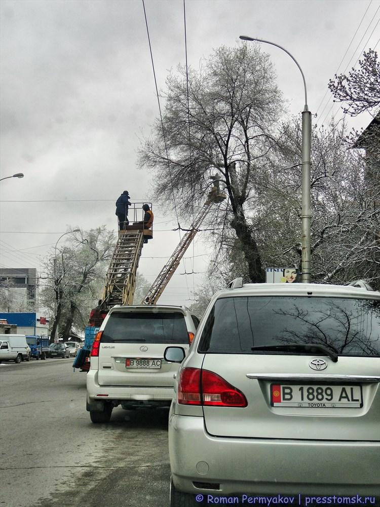 Установка LED-светильников на улице Бишкека
