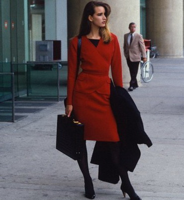 Бизнес-леди в красном деловом платье