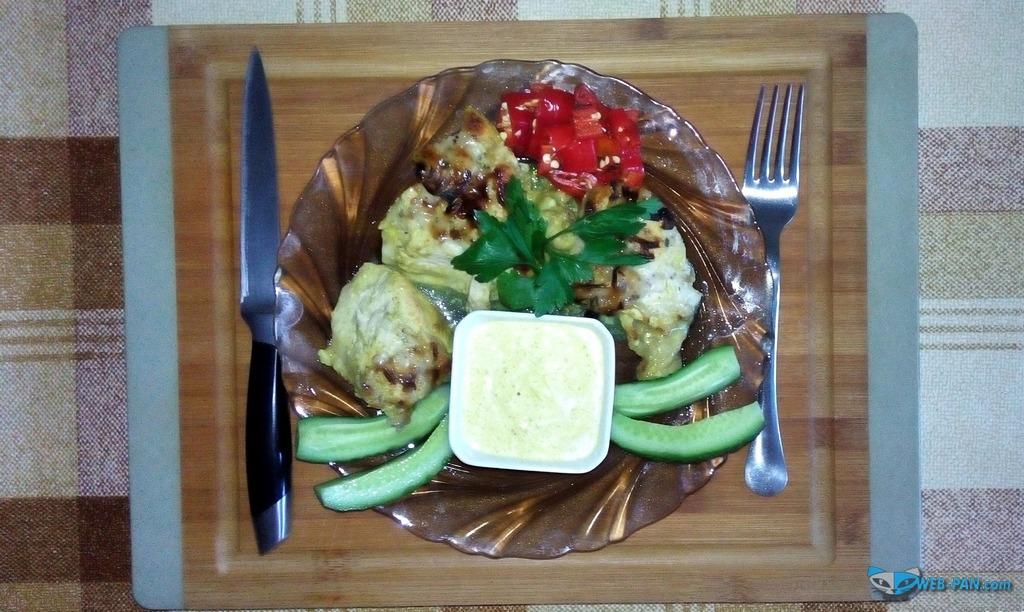 Курочка запечная под карри с сыром и луком, с карри соусом и овощами, малосольные огурчики!
