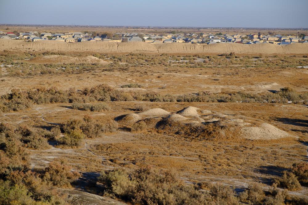 De site met ooit meer dan 200 000 inwoners werd verlaten omdat de rivier zich geleidelijk aan verlegde. Vroeger was dit een belangrijke stop op de zijderoute en even ook de grootste stad ter wereld.