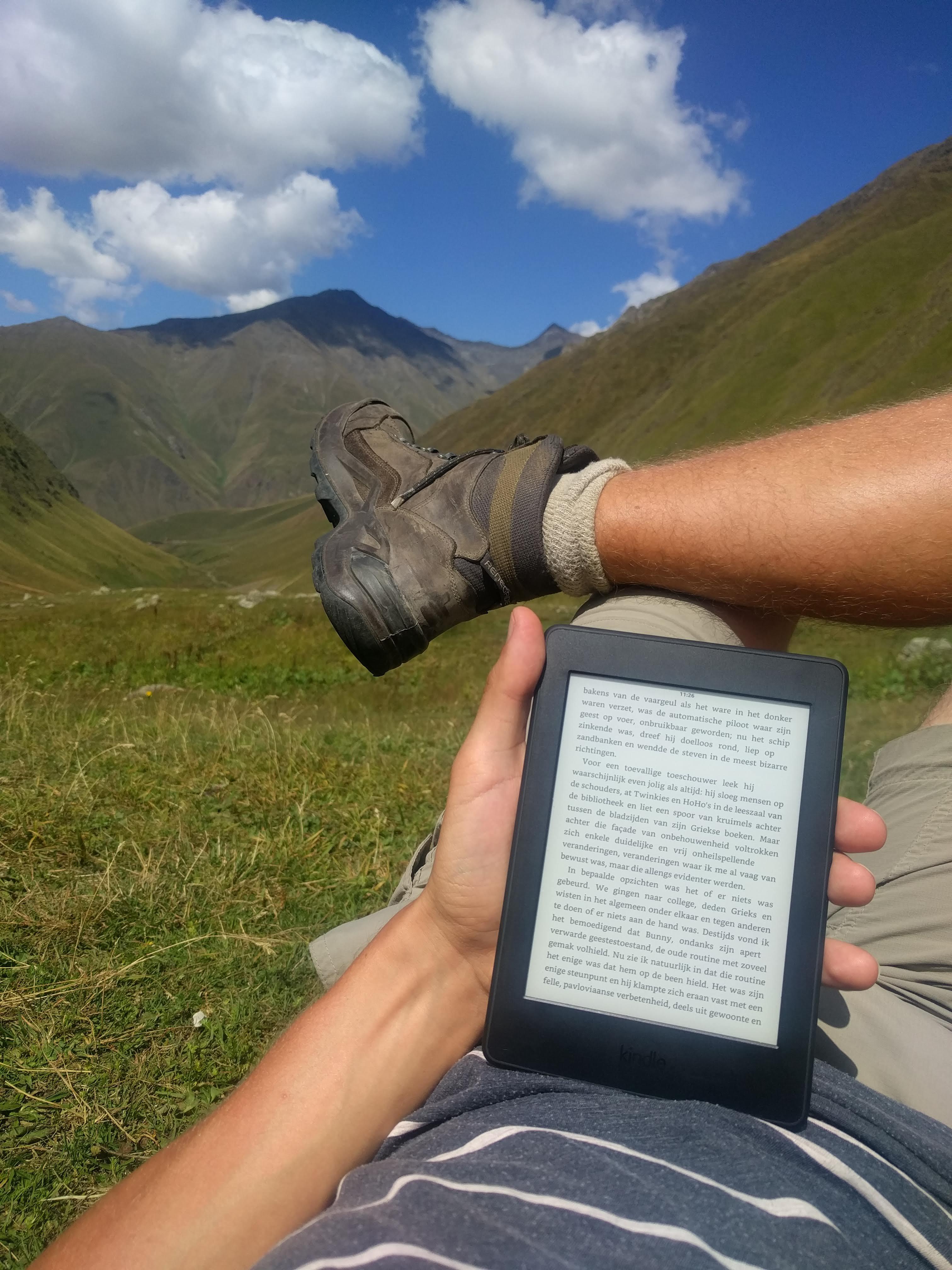 Toch handig, zo 200 boeken in je zak kunnen meenemen. Lang leve de e-reader!