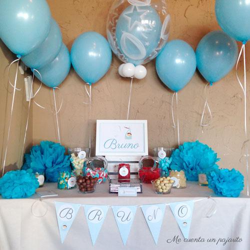 Mesa dulce del bautizo de Bruno, globos, lámina, chuches, pegatinas, pompones