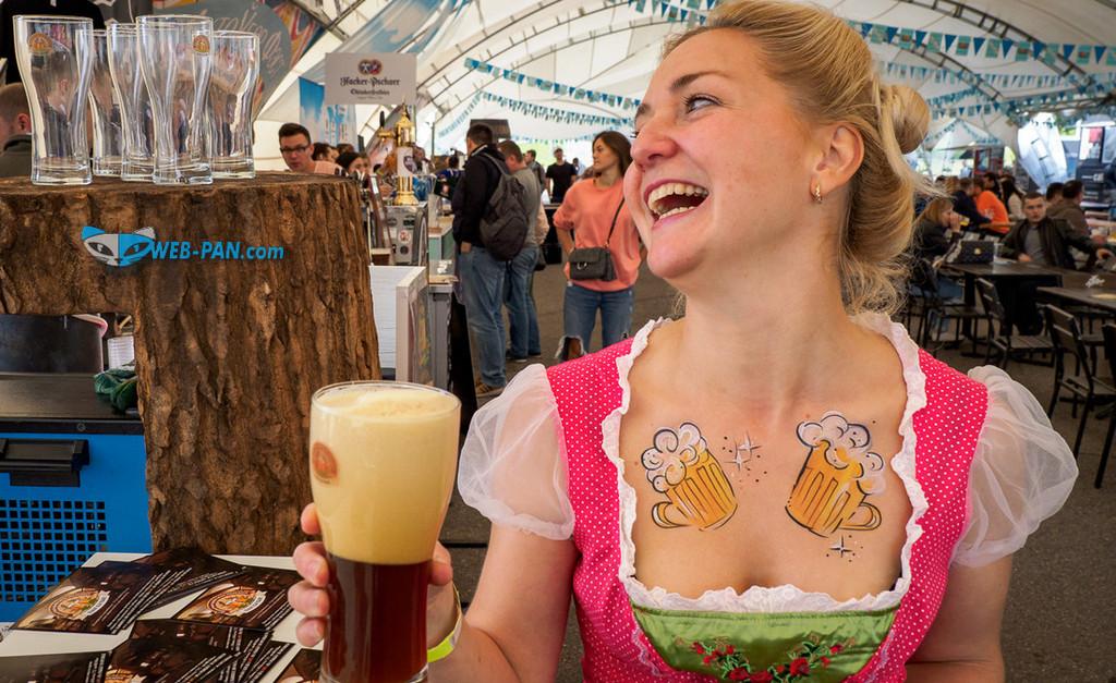Недолив пива даже такие груди не спасут, вот такой он в Беларуси ОктобеТипаФест, и полетел!