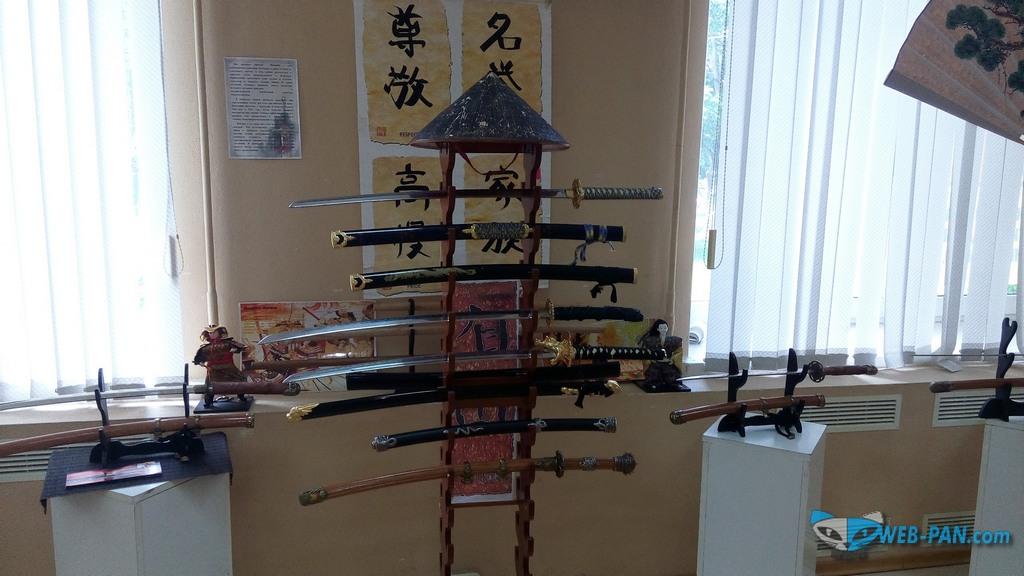 Японские мечи катаны, стенд со шляпой и иероглифами самураев!