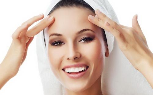 Девушка после чистки лица у косметолога