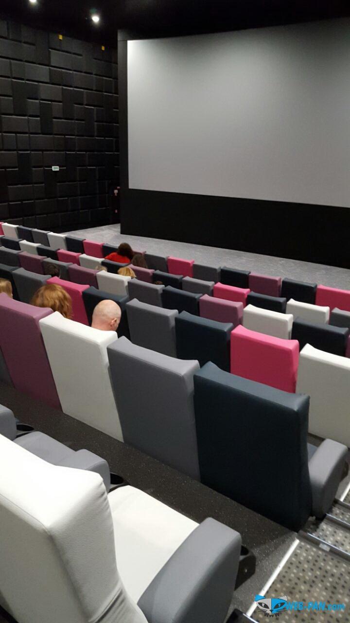 Проходим в зал, пока ещё не все собрались. Зал был полон на 2/3 - отличный результат для такого удалённого кинотеатра!
