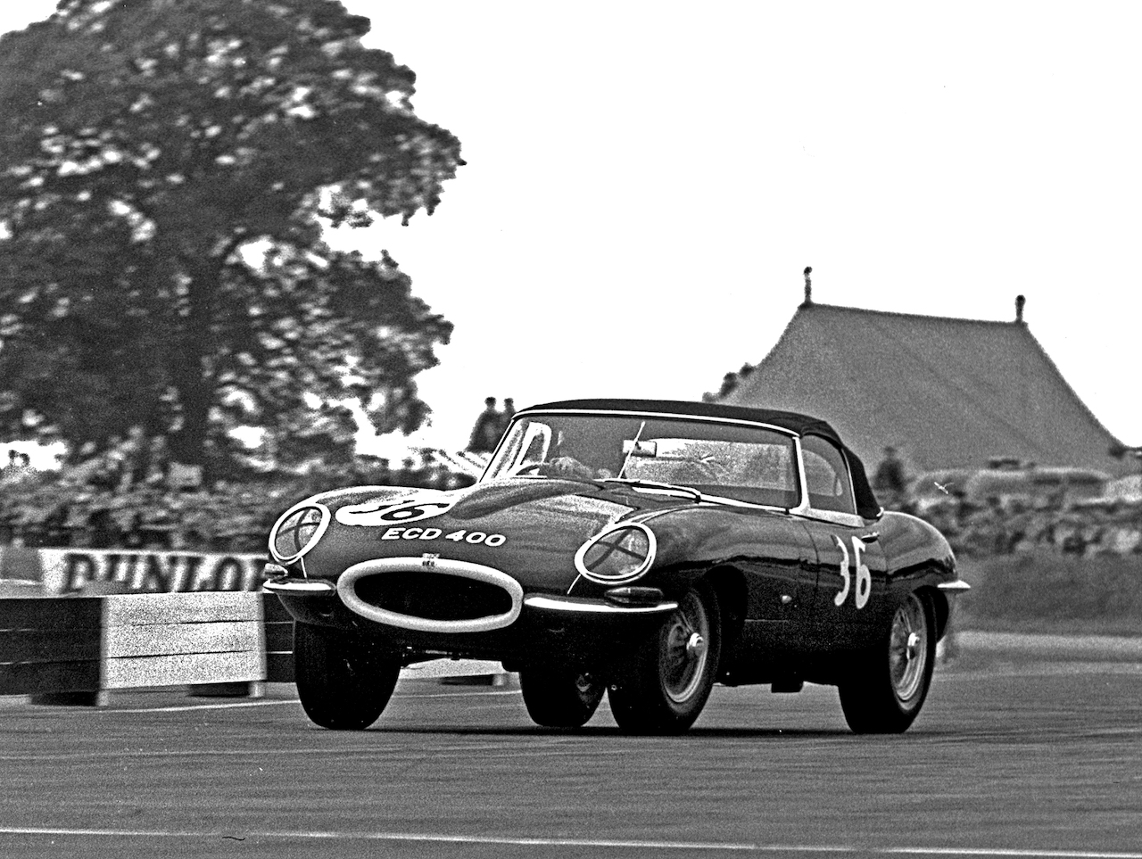 Damon Hill drives his Dad's debut winning 1961 Jaguar E-Type