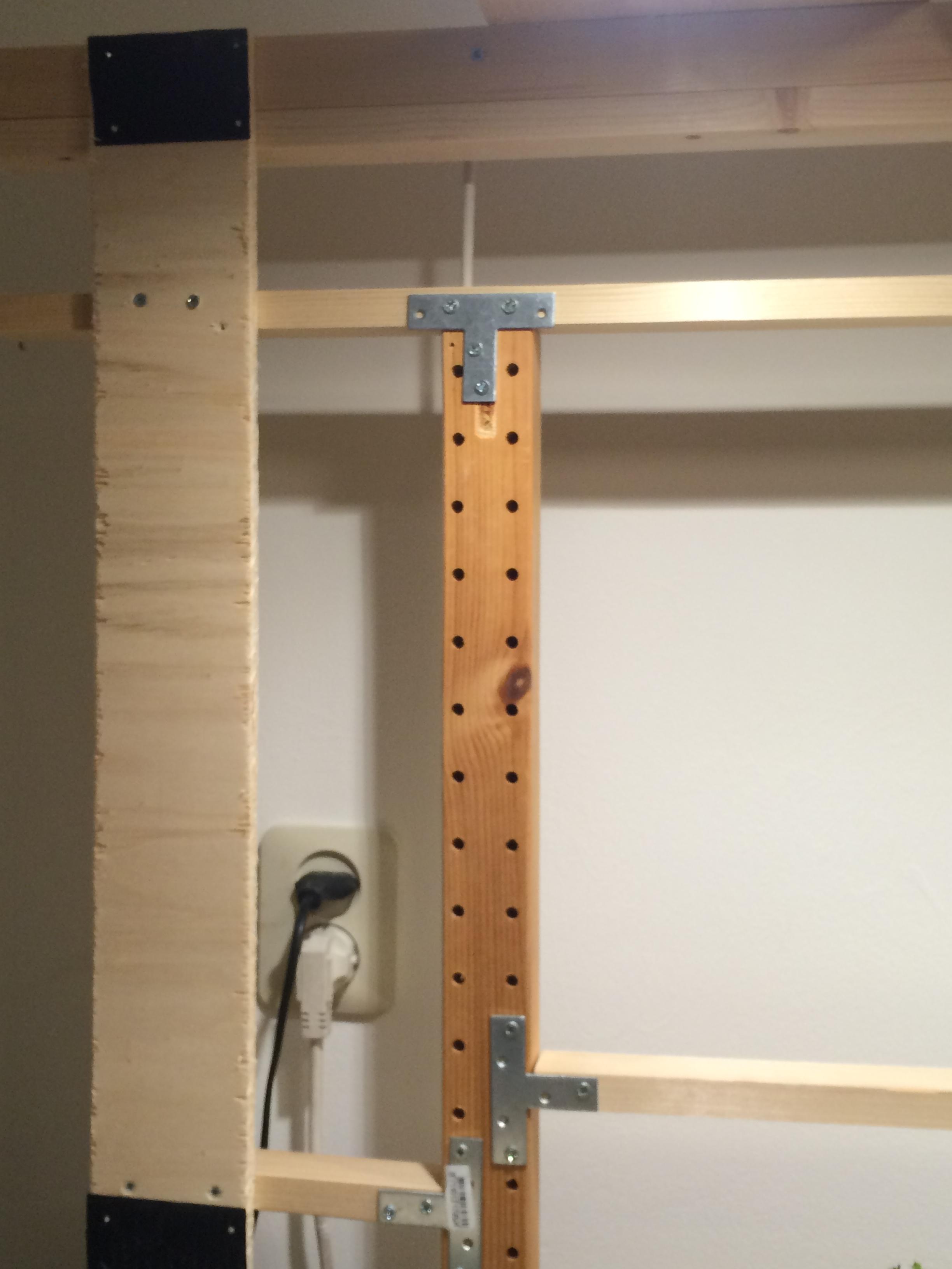 IKEA Ivar schraag. Daaraan bevestigd de lijst met Velcro (klitteband) om de schilderij-lijsten mee te bevestigen.