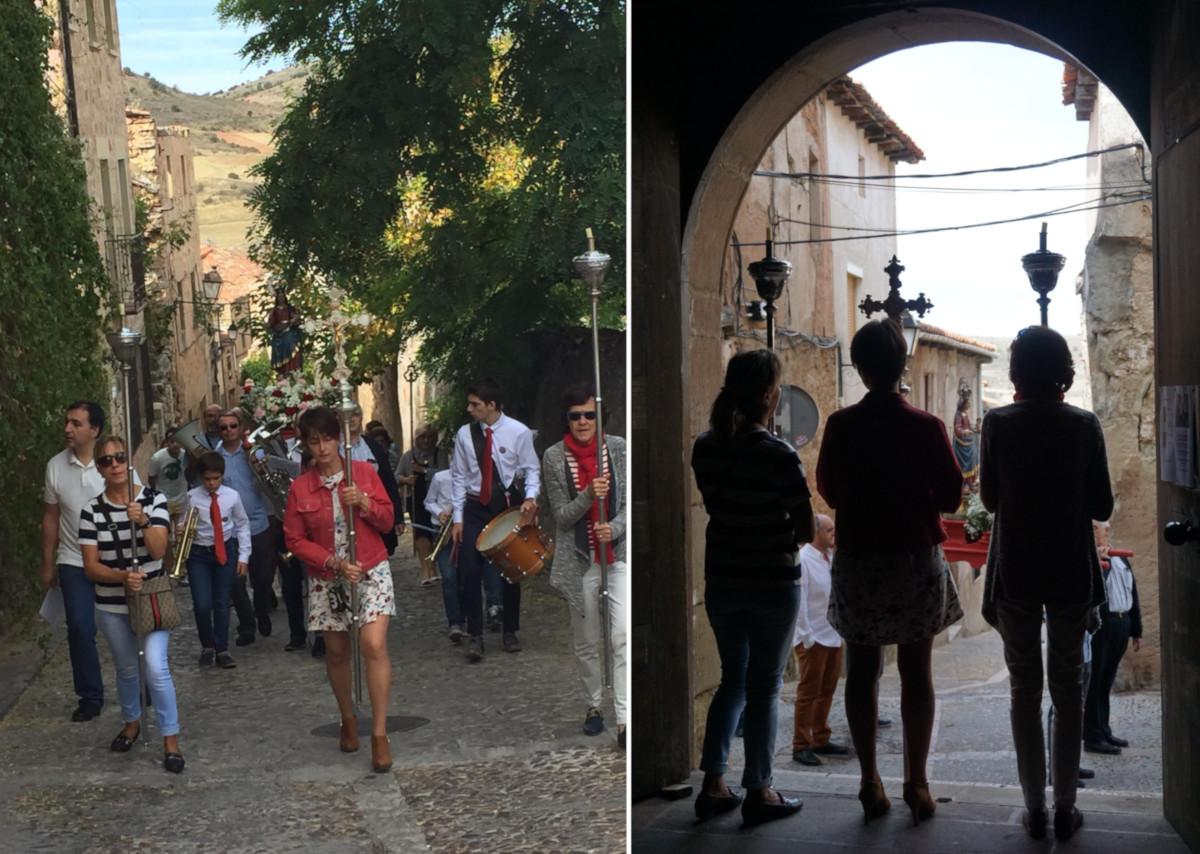 La procesión subiendo la calle Torrecilla y las portadoras de cruz y ciriales esperando a la puerta