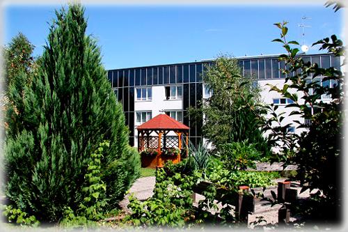 Gartenansicht mit Pavillon im Seniorenwohnheim