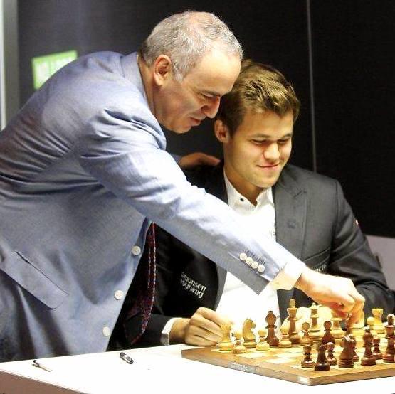 Carlsen y su entrenador, Kasparov.
