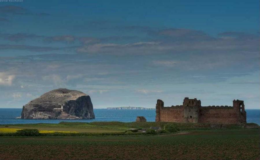 Замок Танталлон (Tantallon Castle) и скала Басс-Рок (Bass Rock)