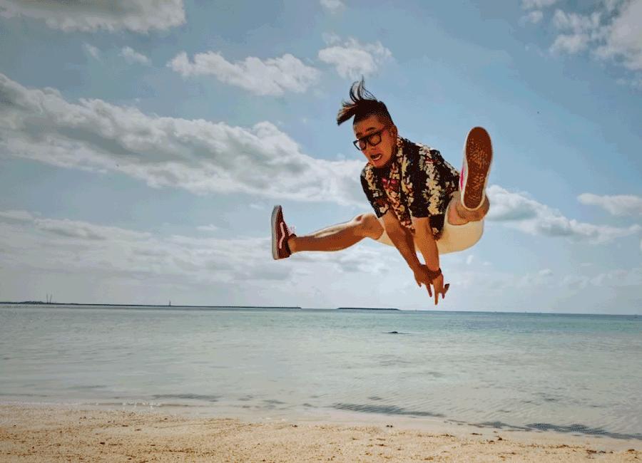 石垣島の海でジャンプ