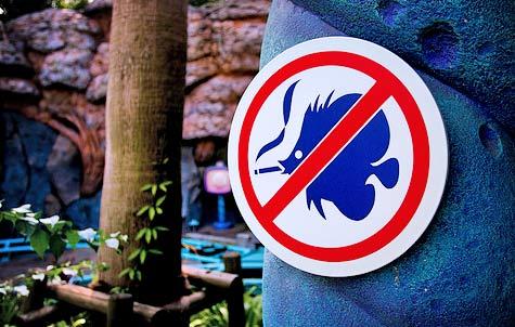 Ciekawa tablica informująca z palącą rybą