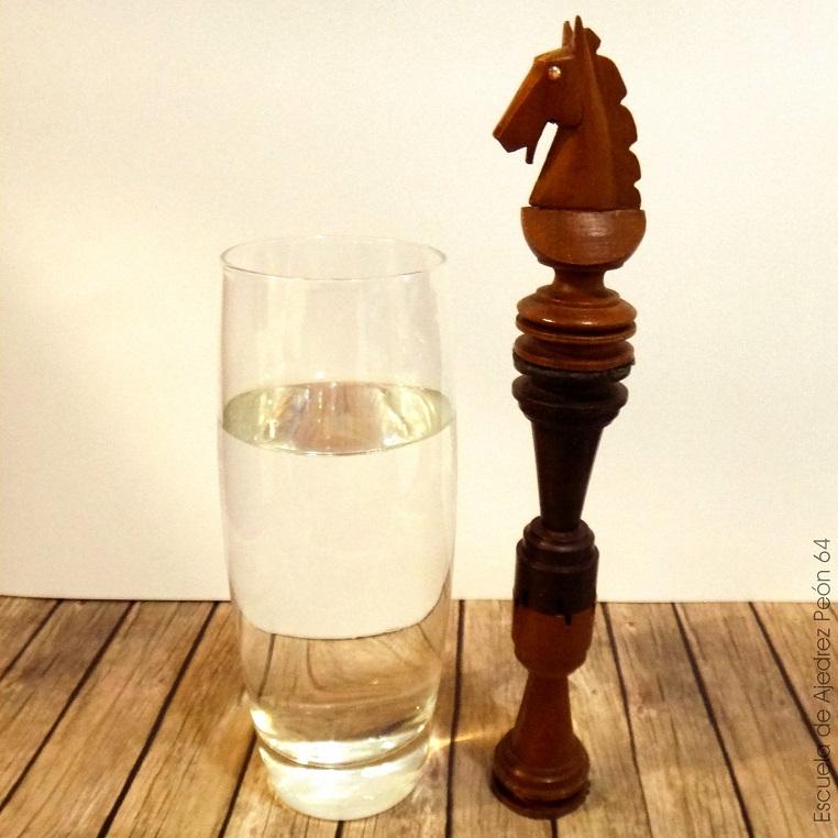 Caballo de Ajedrez sobre dos Torres, bebiendo agua.