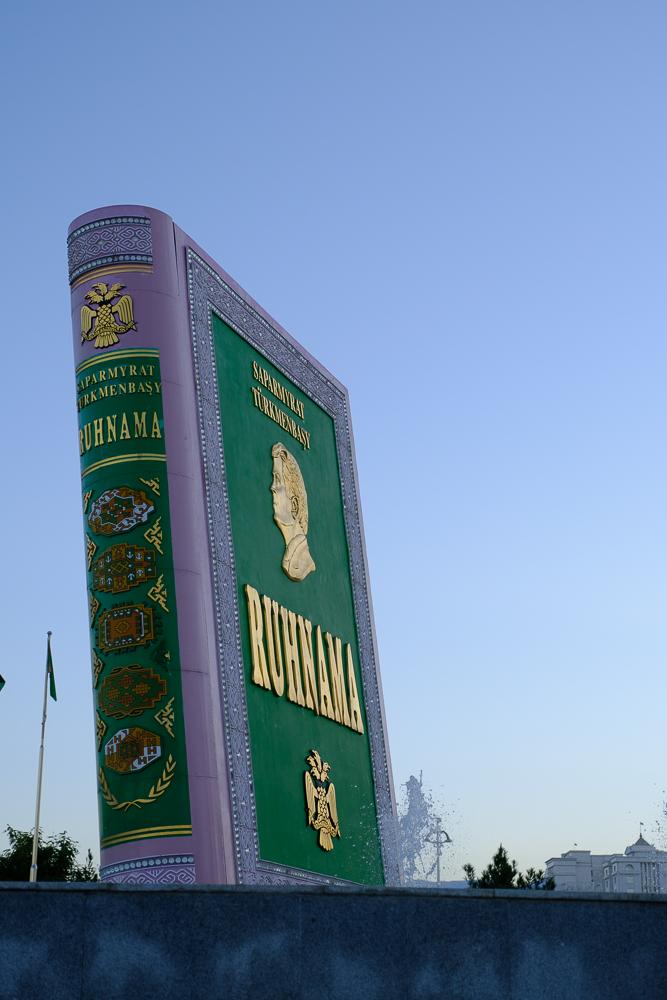 Ruchnama, het heilige boek, werd door President Niazov tot leidraad en verplichte lectuur gebombardeerd. Inwoners moeten het boek helemaal kennen! Dit reuzegroot exemplaar klapte vroeger automatisch open om 20u en er werd dan uit voorgelezen.