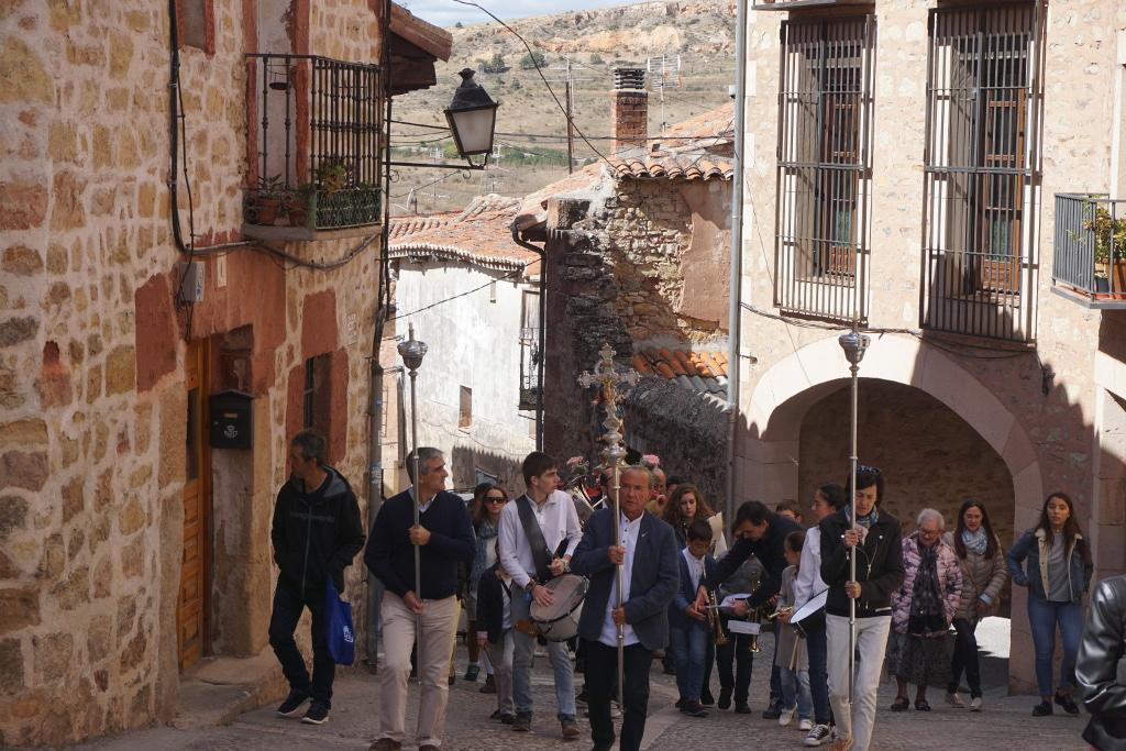La procesión de la Virgen del Rosario, subiendo por la calle Rompeculos. Se notan rostros de cansancio