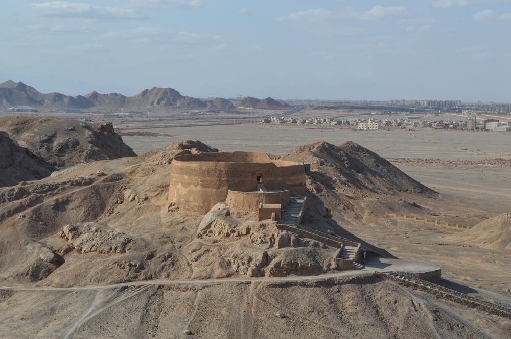 Uitzicht op de zoroastrische tempel. Hier werden vroeger de doden naartoe gebracht om aan de vogels (de hemel) te offeren.