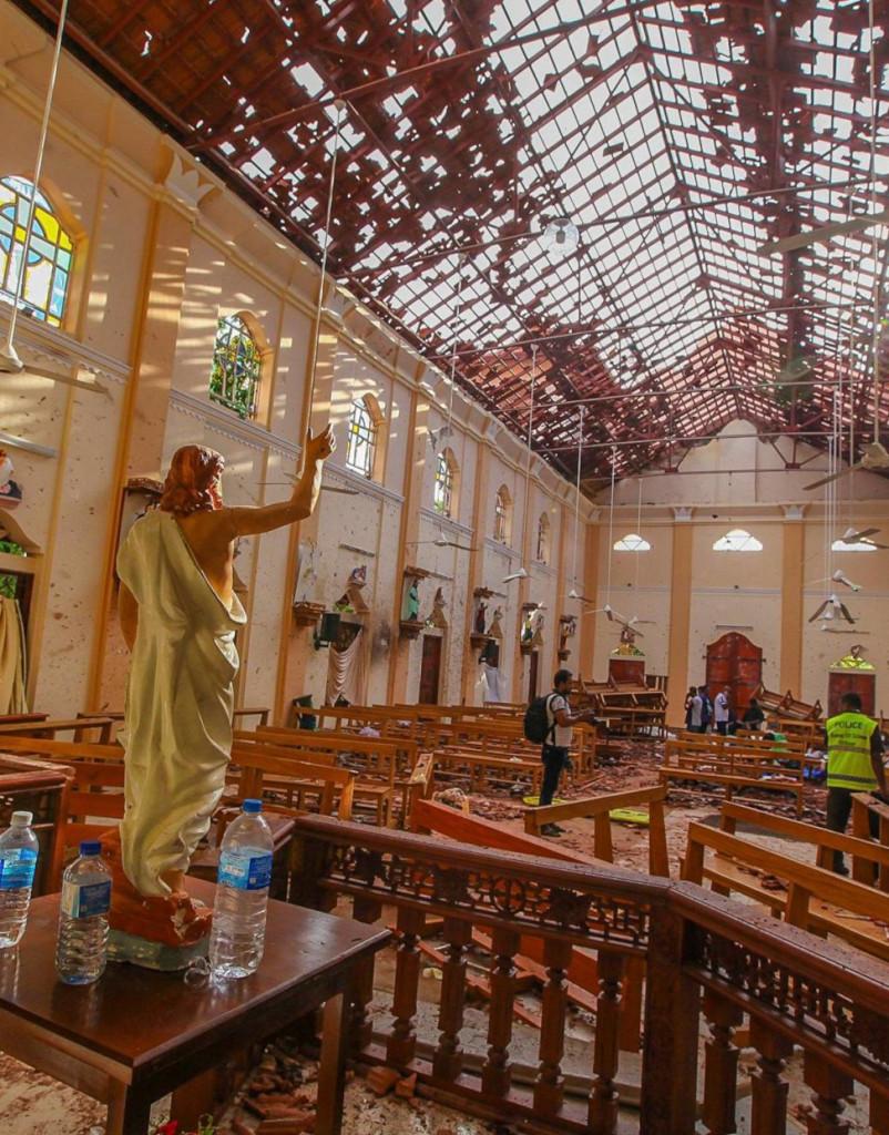 Vista del interior destrozado de la iglesia de San Sebastián en Colombo, presidida por la imagen de Cristo Resucitado