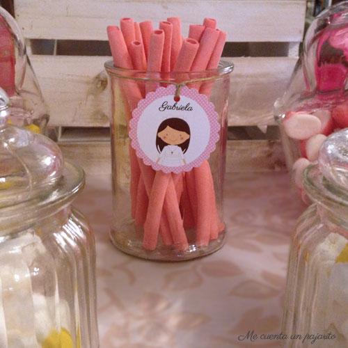 Etiqueta personalizada con el dibujo de gabriela en la mesa dulce