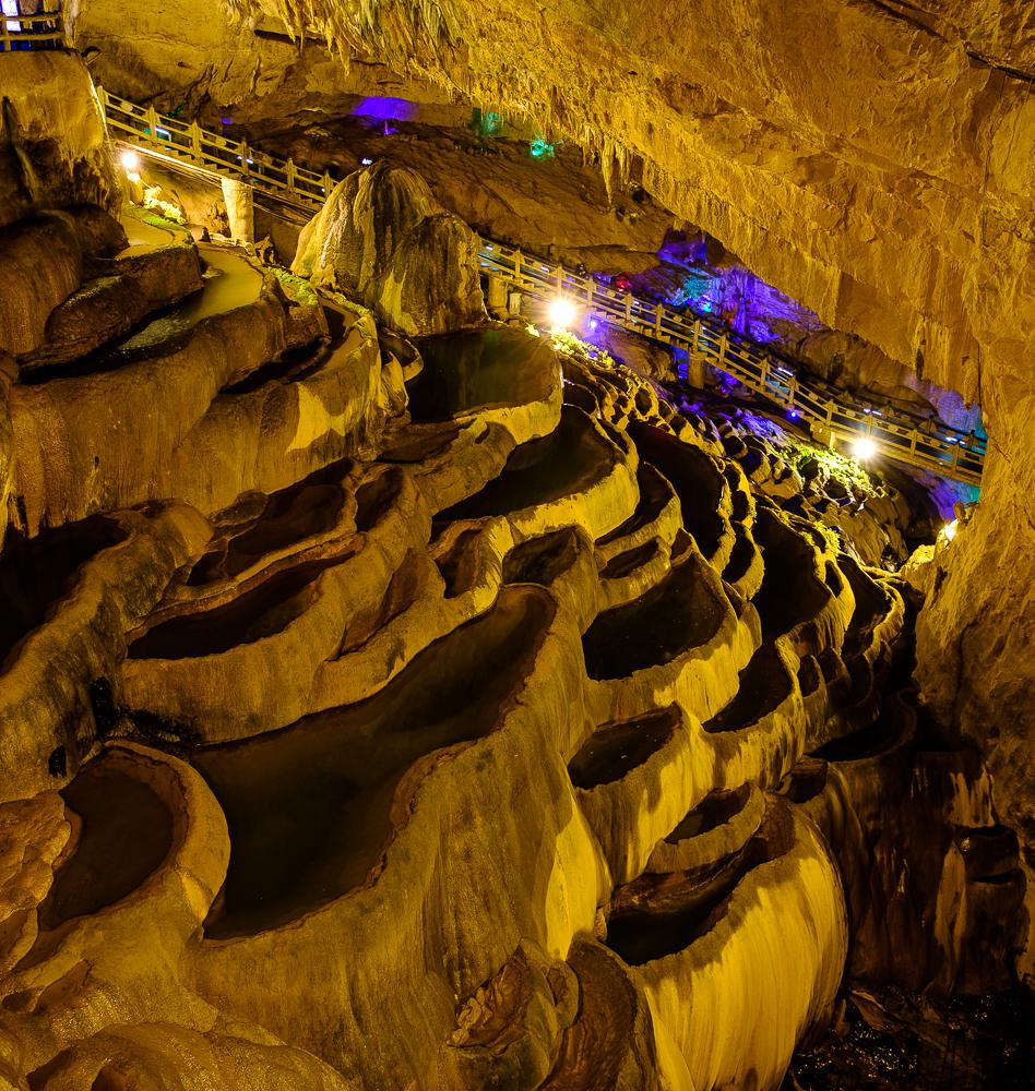 Het vele water in deze grot zorgde voor de prachtig geërodeerde karstformaties. En nee, het zijn geen ondergrondse rijstvelden. Voor een persoonlijke uitleg, ga even langs bij je vaste geoloog.