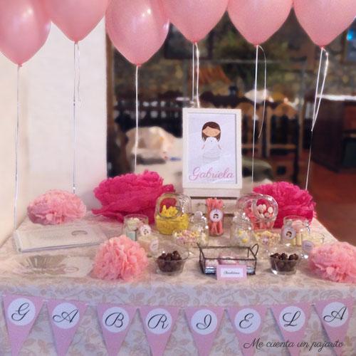 Mesa dulce Primera Comunión Gabriela, con globos y pompones rosas, lámina personalizada, chuches, chocolatinas personalizadas, etiquetas, velas, bolsas pegatina nombre, álbum de firmas y fotografías