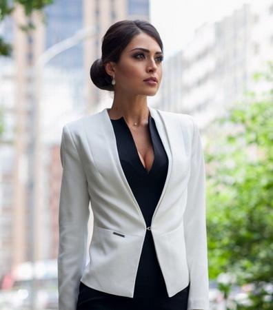 Бизнес-леди в белом пиджаке