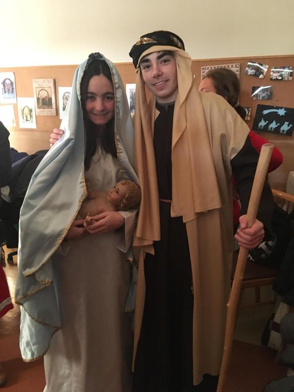 Dos jóvenes actores, representando a la Virgen María y a su esposo San José