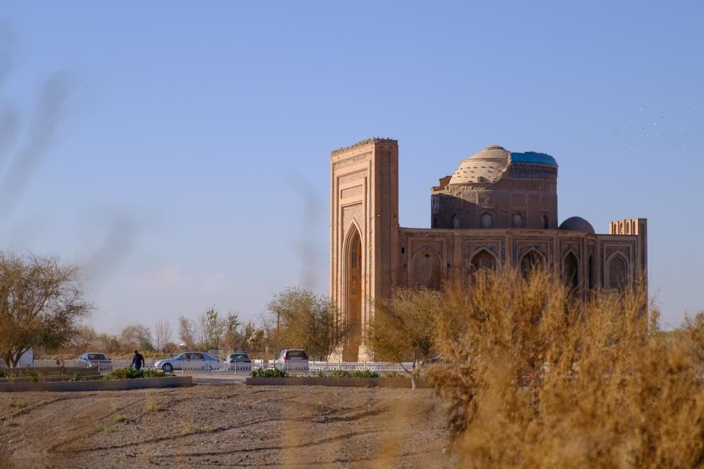 moskee tussen het struikgewas.