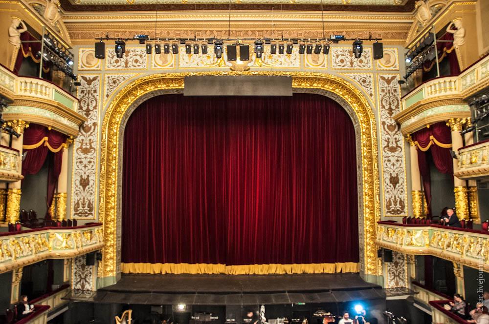 Интерьер театра фото туловища напоминает