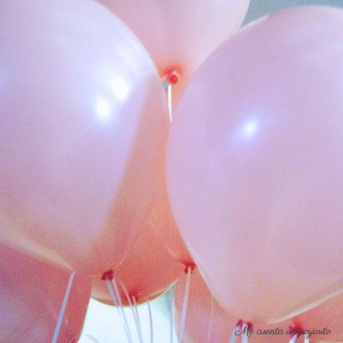 Globos rosas de la mesa dulce de la Primera Comunión