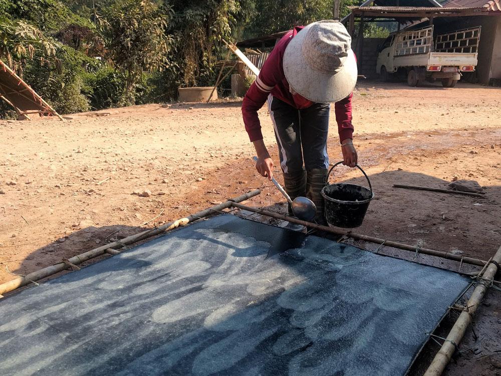 Lokale vrouwen maken bamboepapier op traditionele wijze